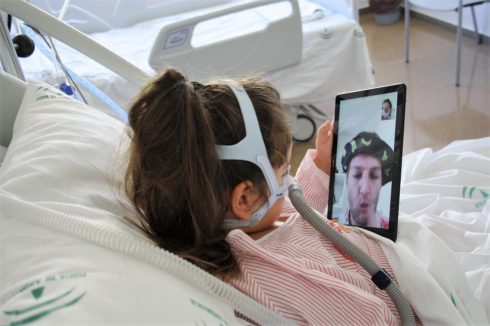 Los niños hospitalizados en el Clínico reciben la visita virtual de los 'Doctores Sonrisa' de la Fundación Theodora