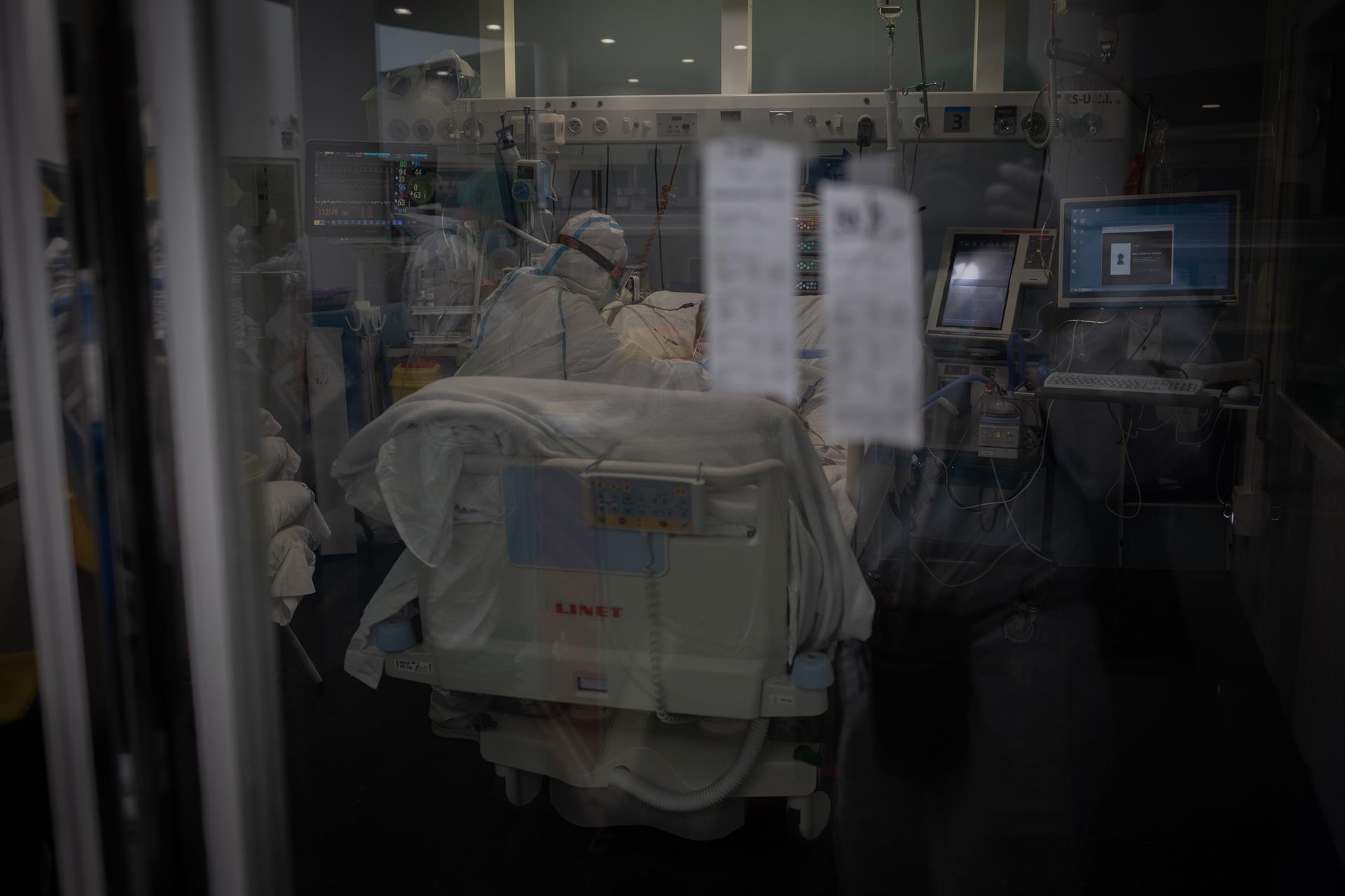 678 contagiados, 10 fallecidos y 100 ingresos en hospitales en la última jornada