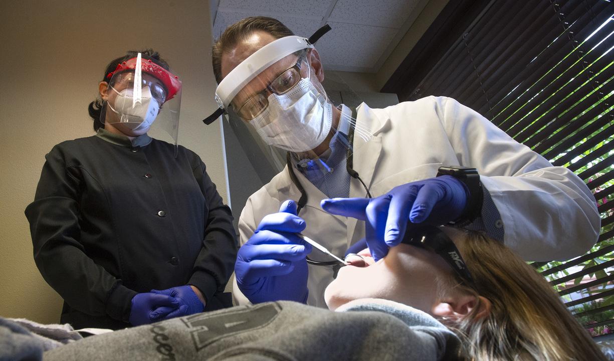 El Máster de Cirugía Bucal e Implantología de la UGR ofrece servicio gratuito de odontología y cirugía oral