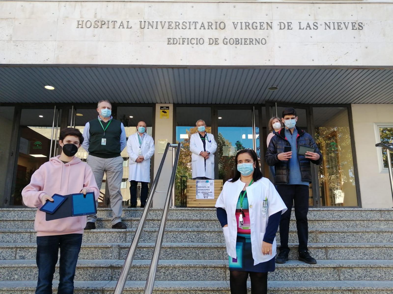 El Hospital Virgen de las Nieves recibe dispositivos electrónicos donados por alumnado de los Escolapios