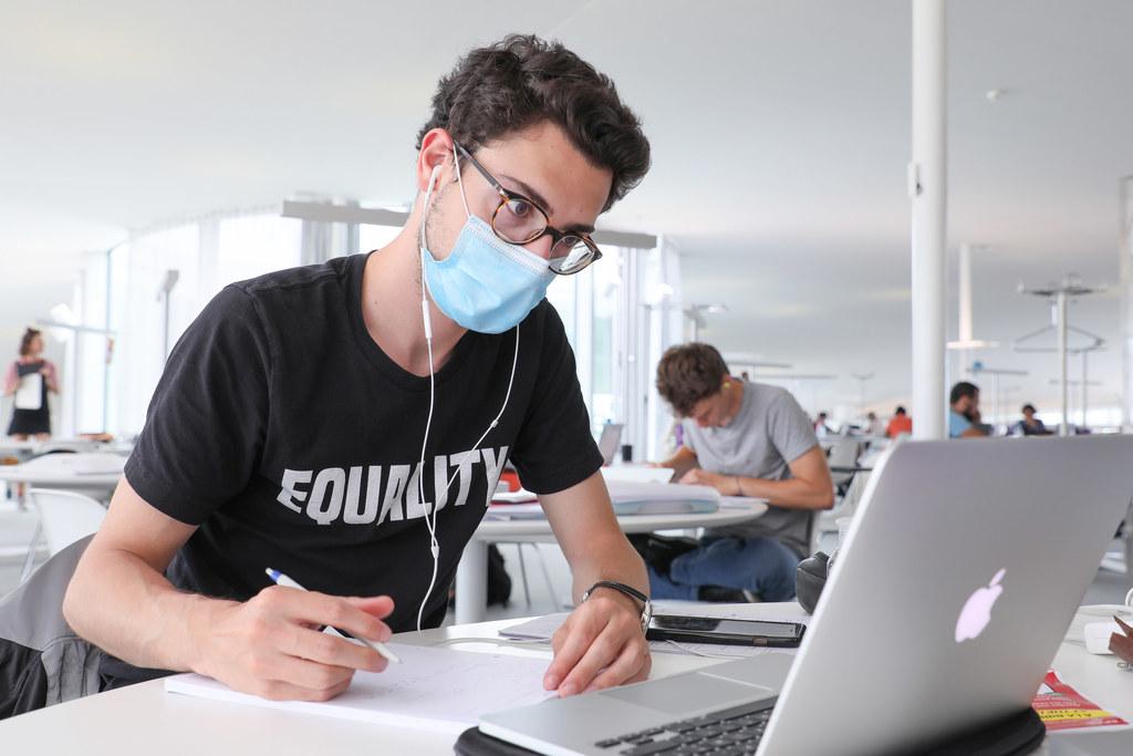 La UGR suma 300 dispositivos más al préstamo de líneas de internet para el seguimiento de la docencia online