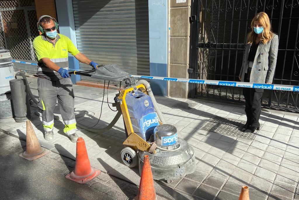 El ayuntamiento «invierte» 3.252,52 euros en mejoras de aceras para evitar resbalones