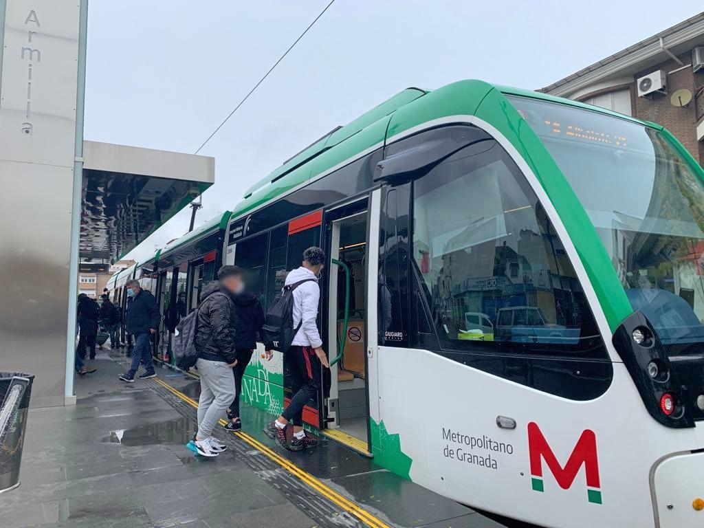 """Cerca de 300 jóvenes estudiantes se benefician de ayudas al transporte público """"Metro- bus Joven"""" de Armilla"""