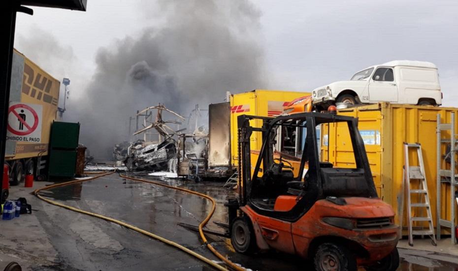 El incendio en un desguace de Otura corta la N-323A a la altura de Padul