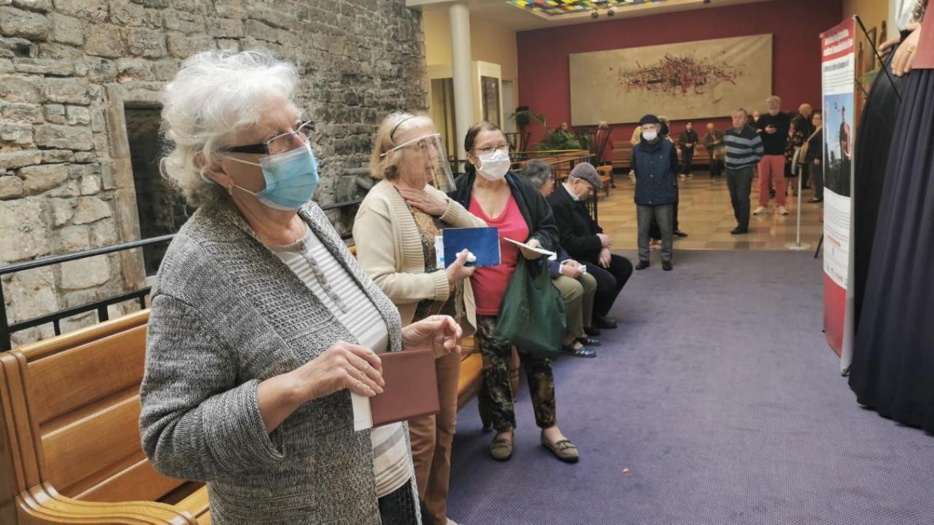 Estudiantes de la UGR escriben cartas solidarias a los mayores de las residencias