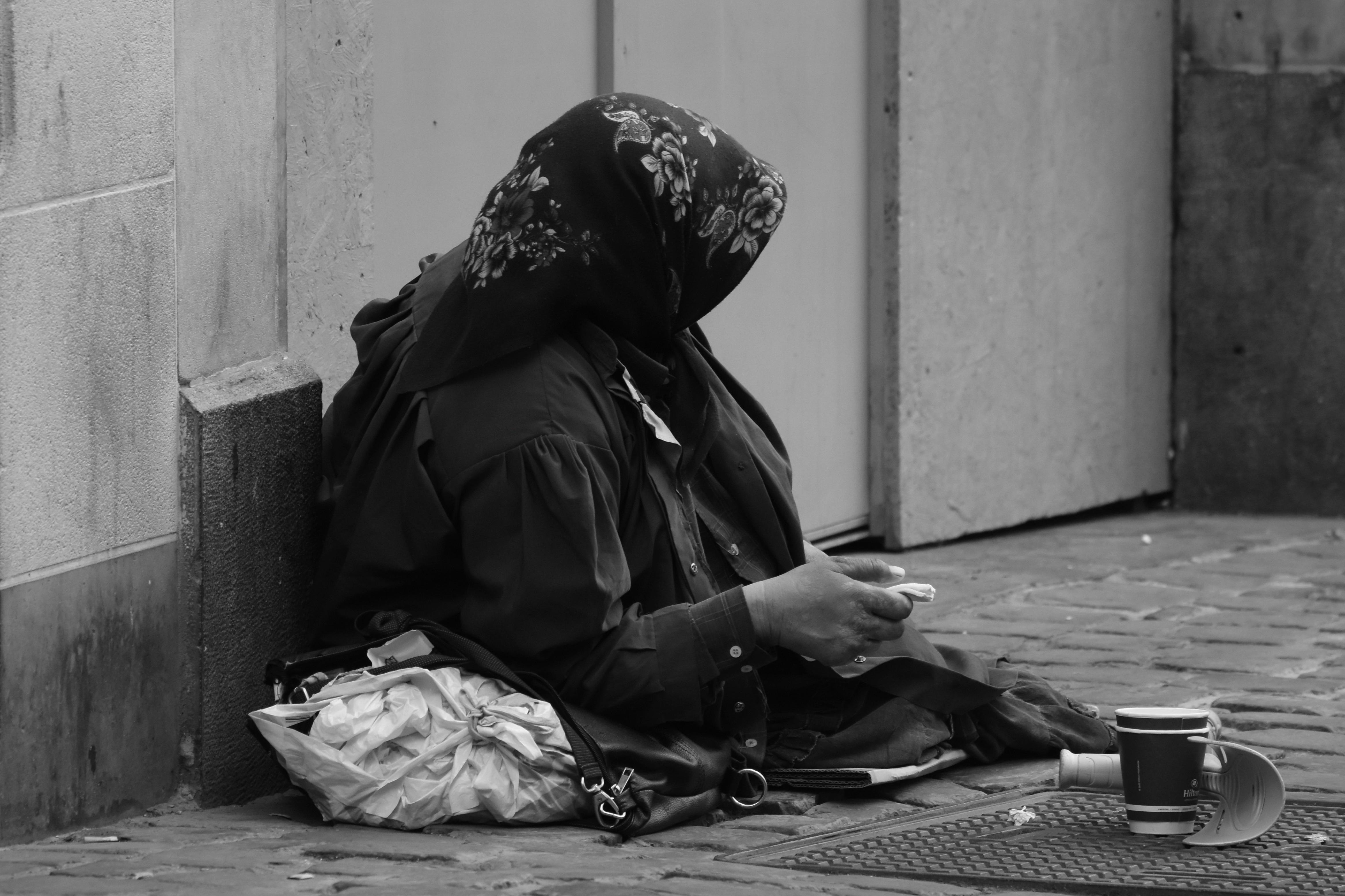 Un estudio señala que hay personas que perciben a los pobres como animales, y rechazan ayudarles porque los consideran culpables de su situación