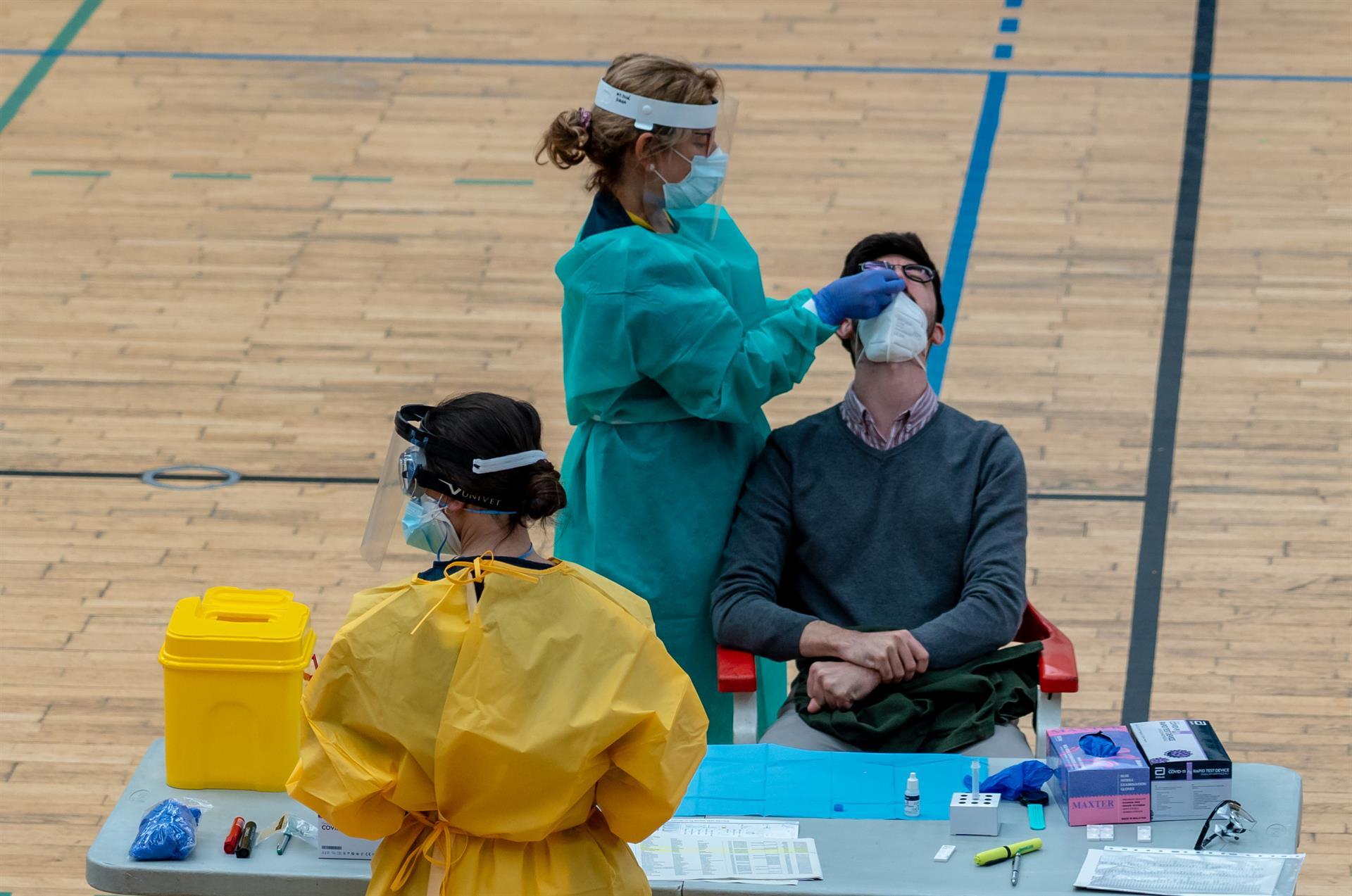 Andalucía alcanza los 4.500 hospitalizados con 83 ingresados más en un día y los pacientes en UCI suben a 654
