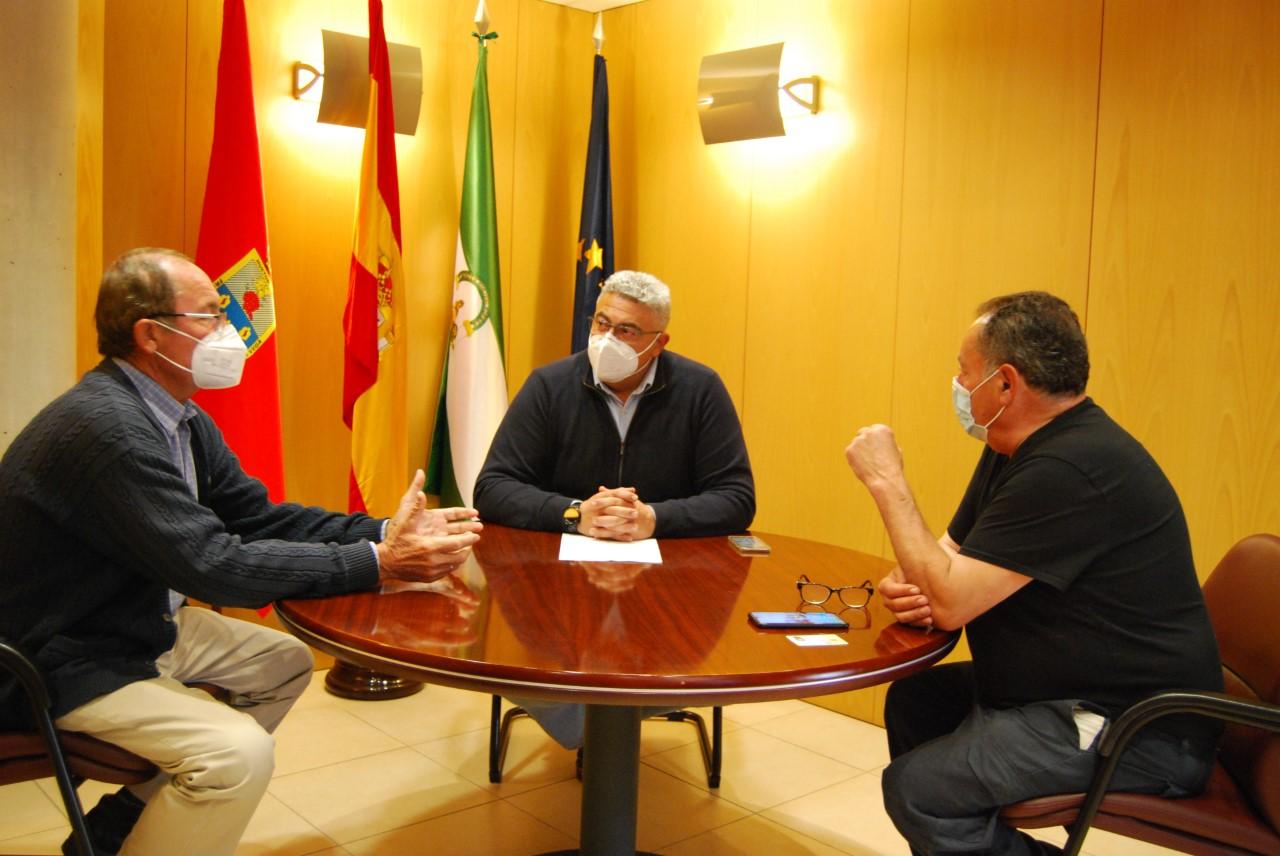 El alcalde de Huétor Vega se reúne con los hosteleros para trasladar su apoyo al sector
