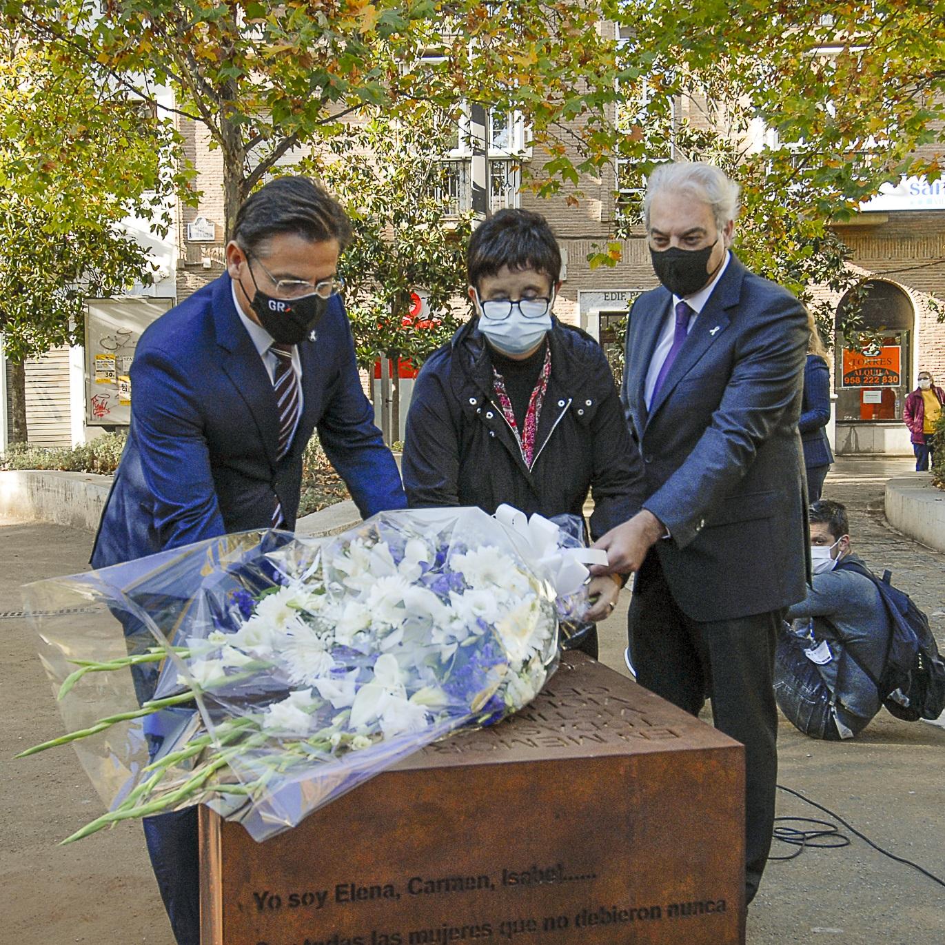 El ayuntamiento rinde tributo a las mujeres asesinadas este año en un acto en el Humilladero