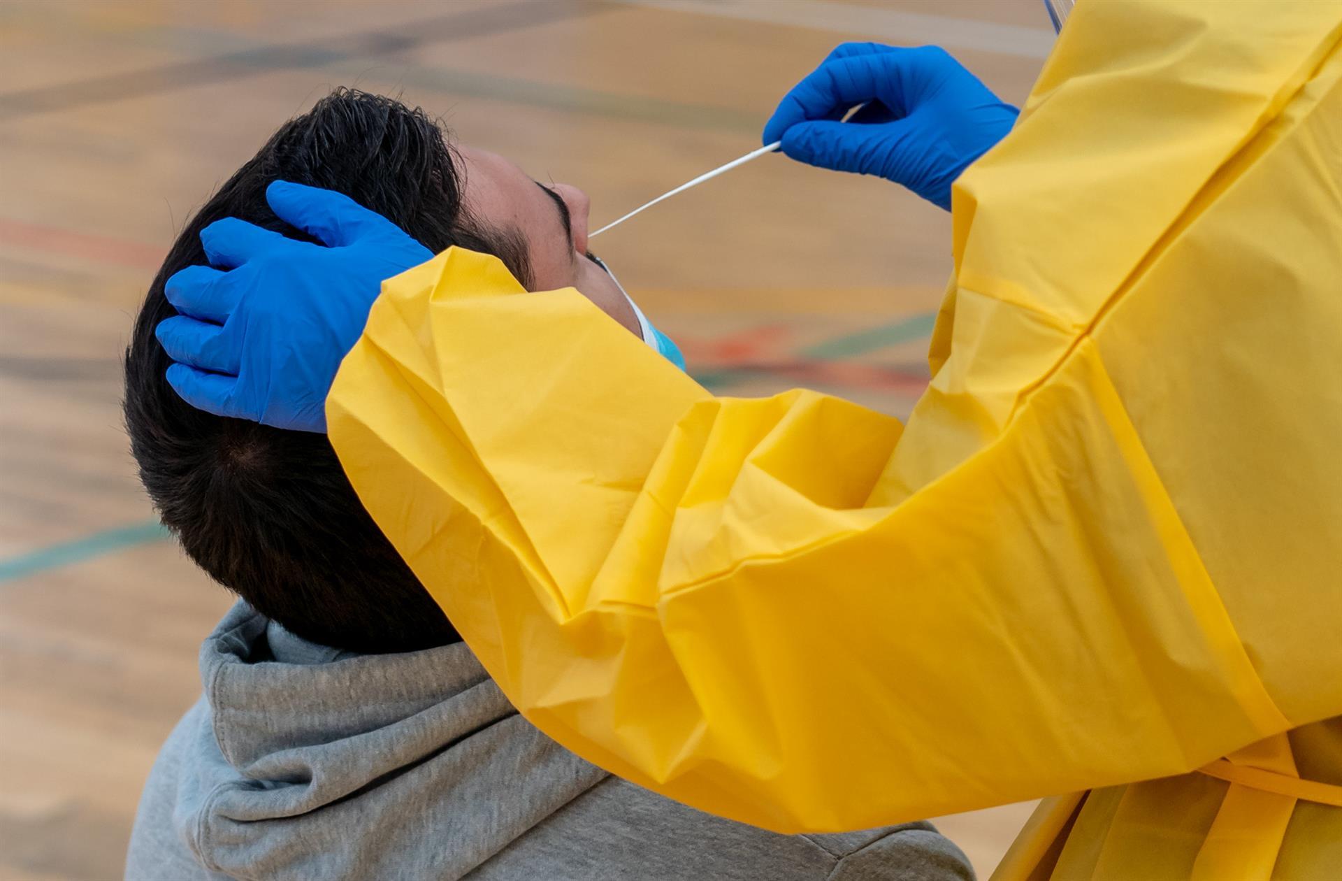 Andalucía suma 64 muertes con la menor cifra de contagios en 52 días y baja de los 2.700 hospitalizados