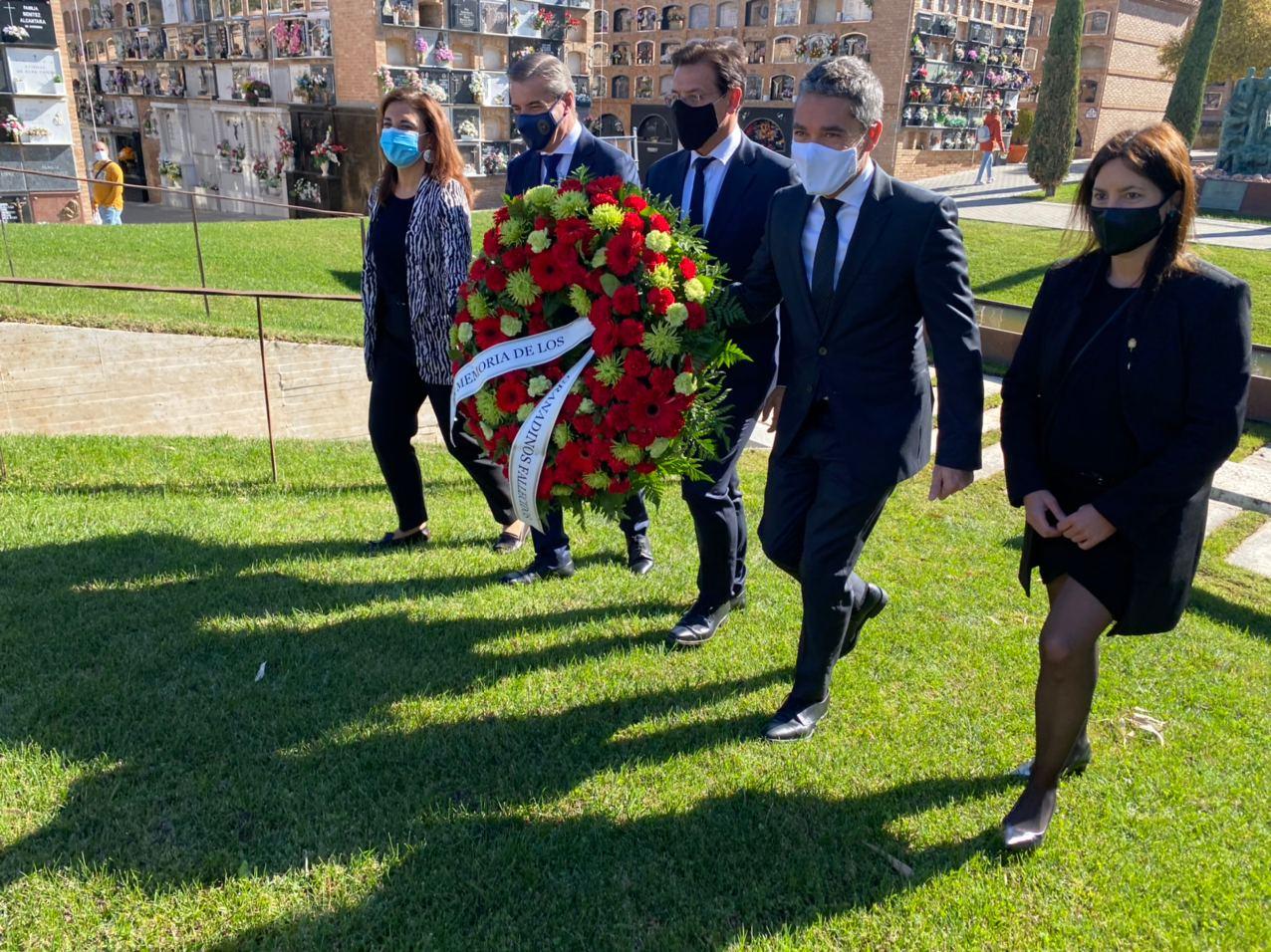 El Ayuntamiento rinde tributo a la memoria de los granadinos fallecidos