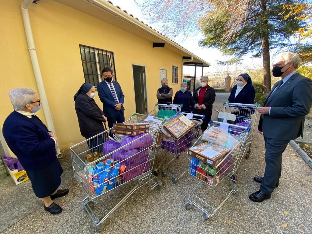 El Ayuntamiento y la Liga de Fútbol distribuyen alimentos y mantas en comedores sociales de Granada
