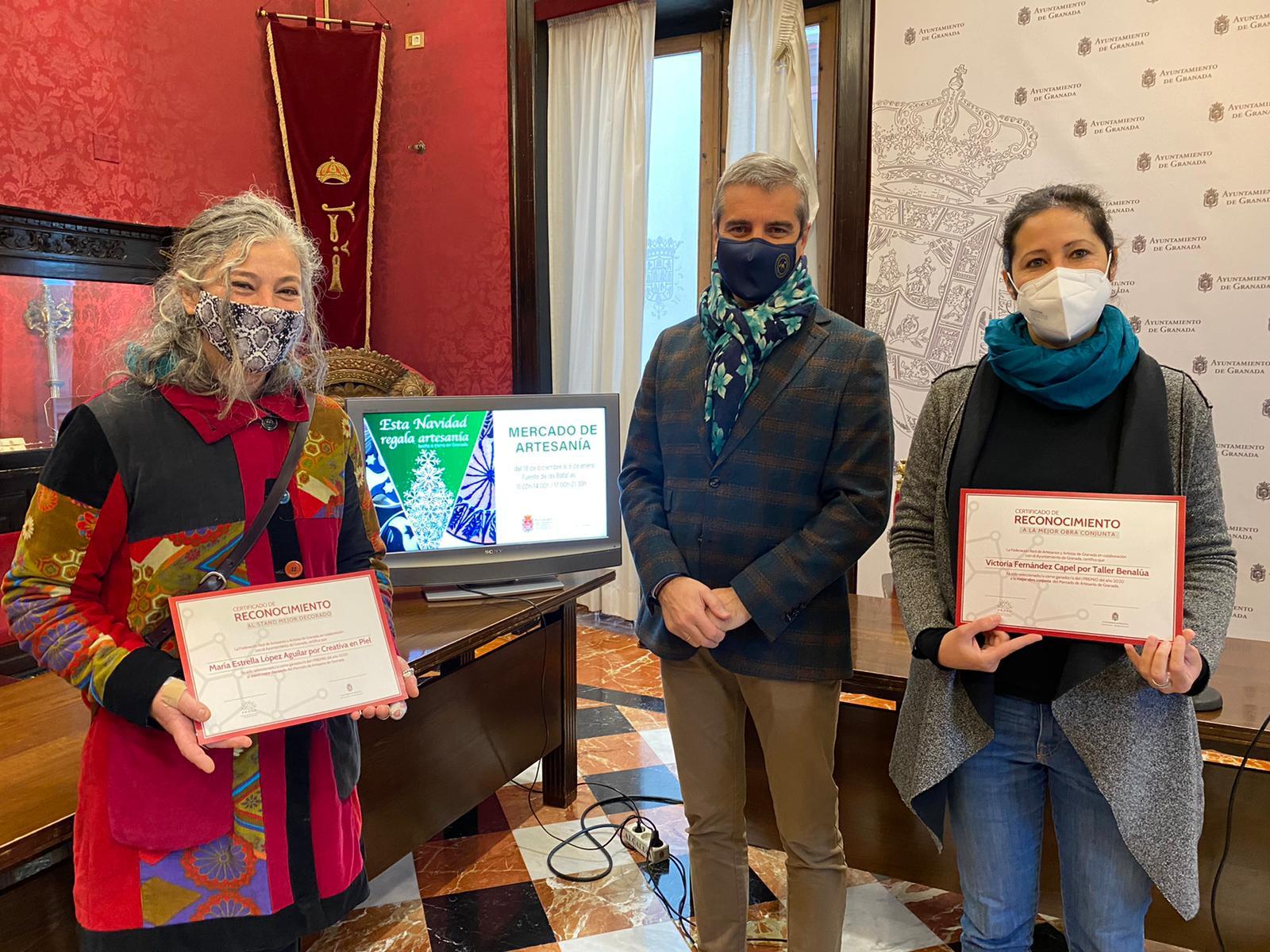 El Ayuntamiento premia a dos puestos del mercado de artesanía granadina