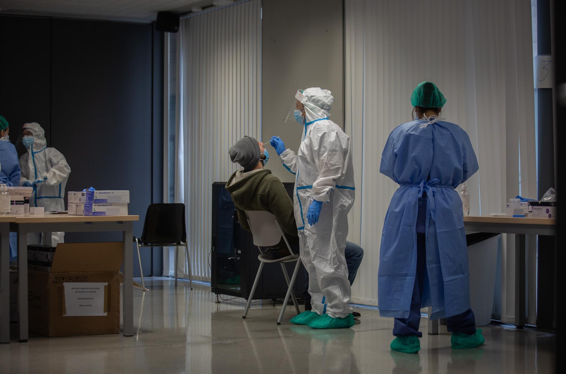 Detectan la nueva cepa del coronavirus en dos personas de Granada que habían regresado del Reino Unido