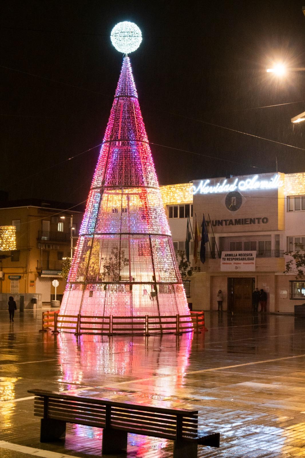 La alcaldesa y el personal del Centro de Salud encienden la iluminación navideña de Armilla