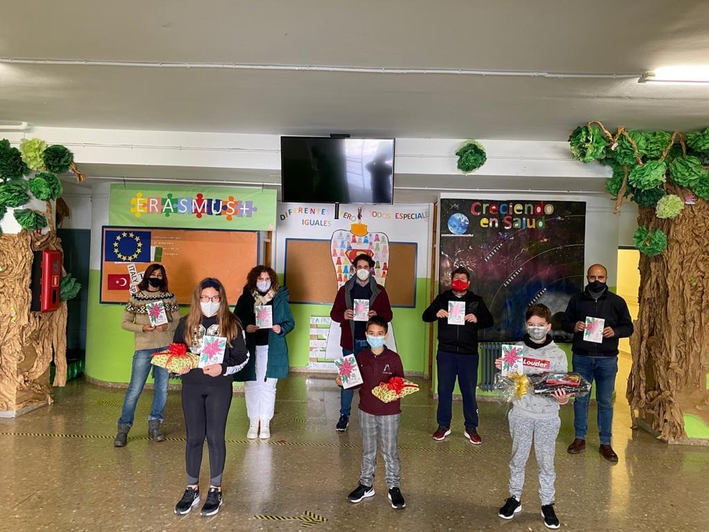 40 escolares del colegio Virgen de la Paz de Otura dibujan la Navidad en el tradicional concurso de postales