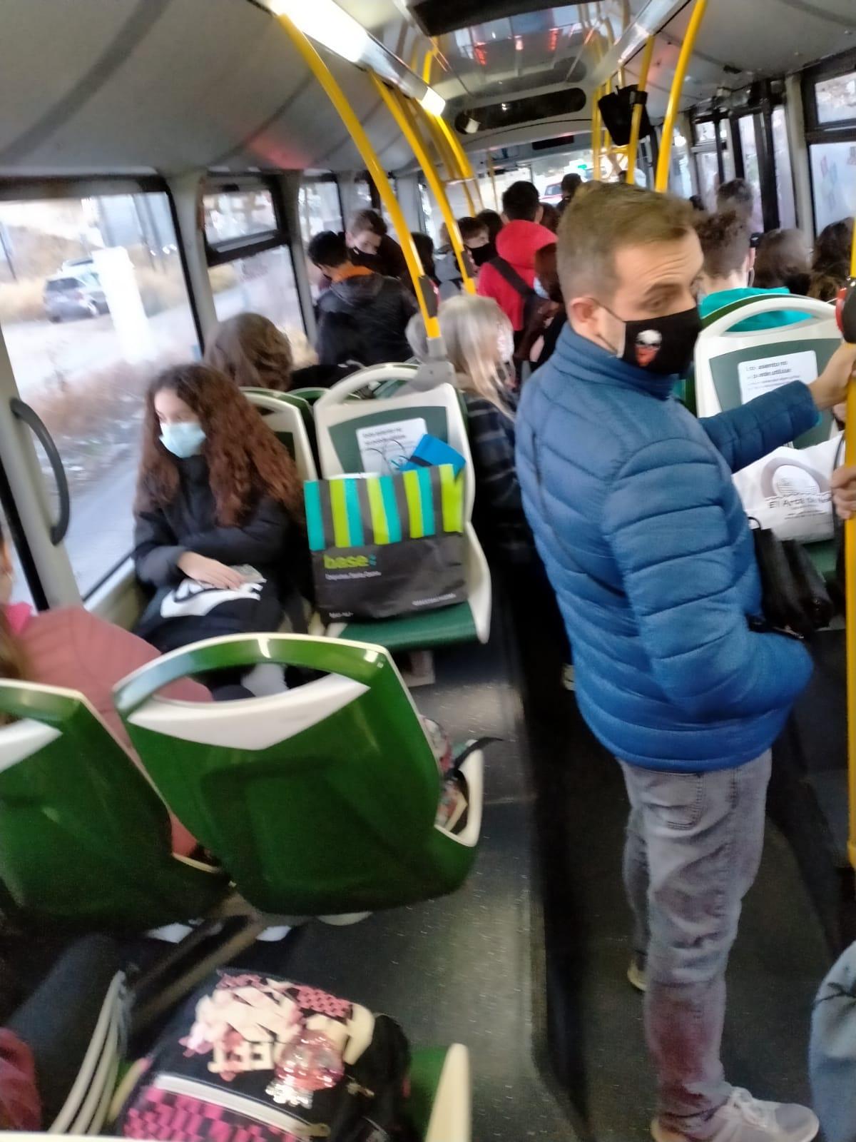 """IU denuncia la """"restricción continua de los horarios de autobuses"""" de Gójar"""