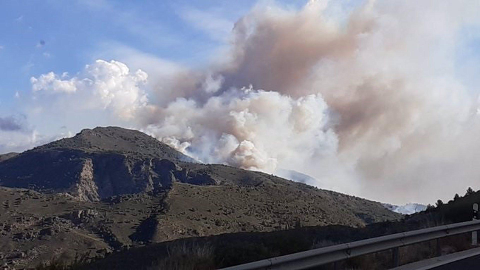 Rachas de hasta 80 kilómetros por hora fuerzan la retirada de medios aéreos en el incendio de Órgiva