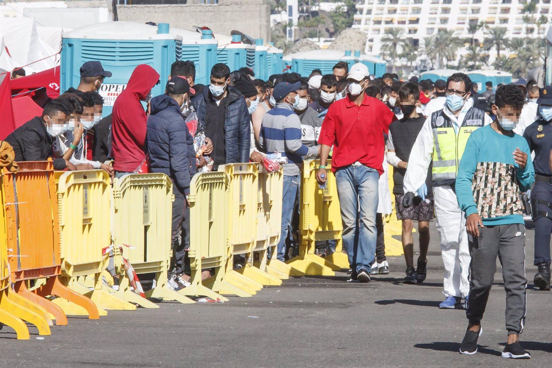 Interior dice que «ni organiza ni gestiona» traslados de migrantes tras el vuelo de Canarias