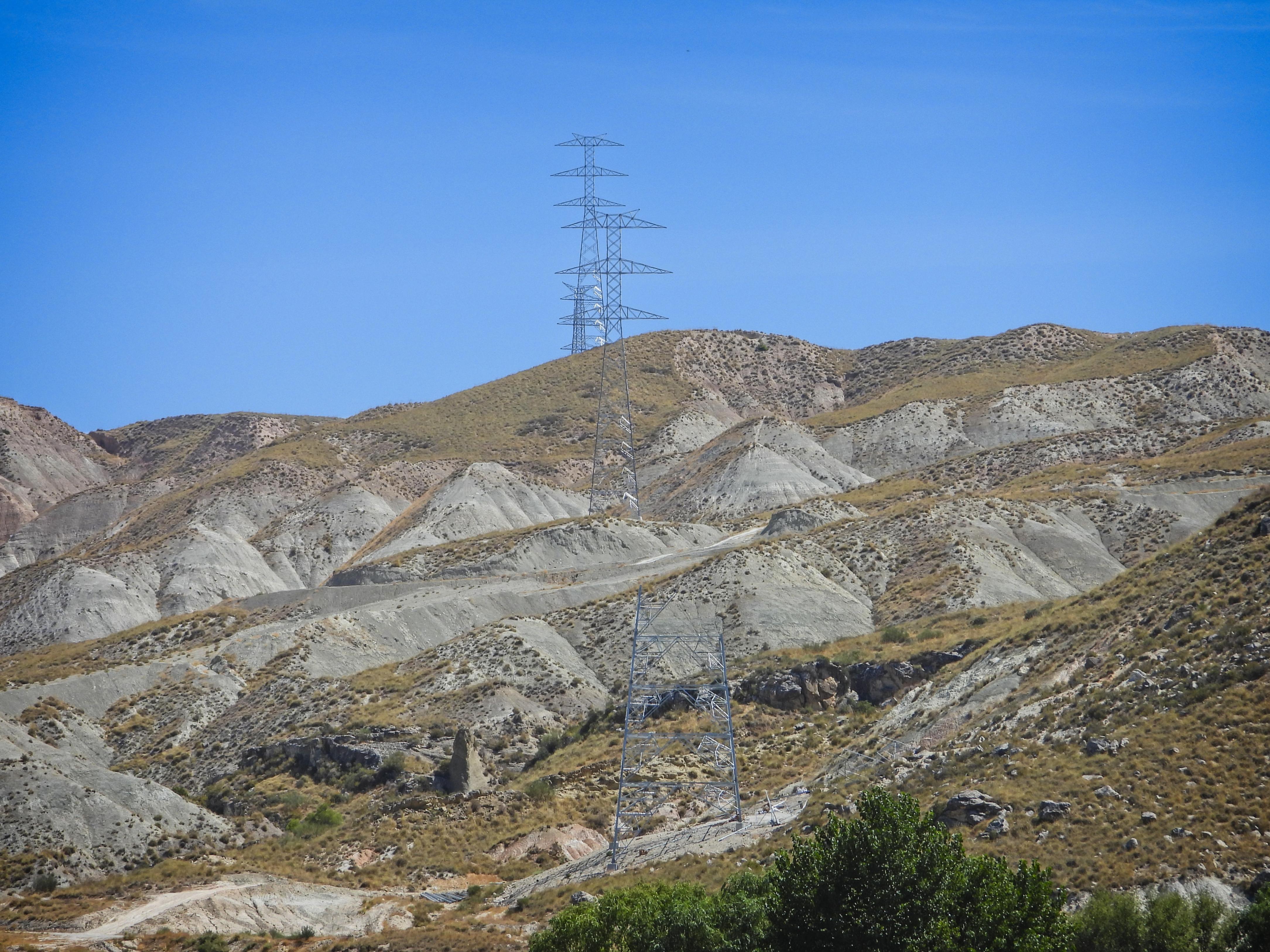 Entregan 16.000 firmas al delegado de Gobierno Andaluz contra la Línea eléctrica Baza-Caparacena