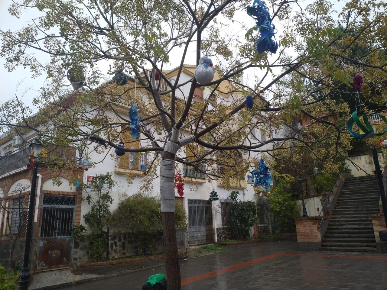 Monachil decora sus calles y plazas con adornos navideños fabricados  a mano por sus vecinas