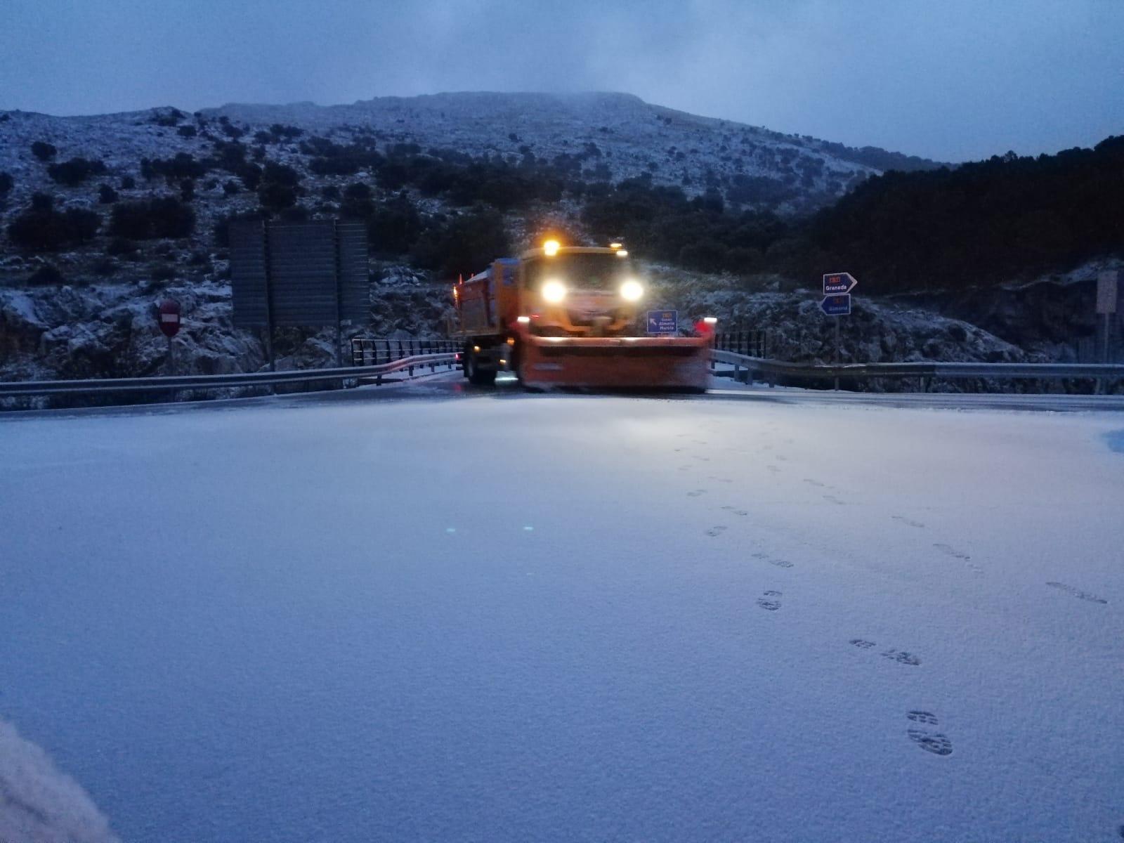Cortada al tráfico por nieve en la A-395 a la altura de Sierra Nevada