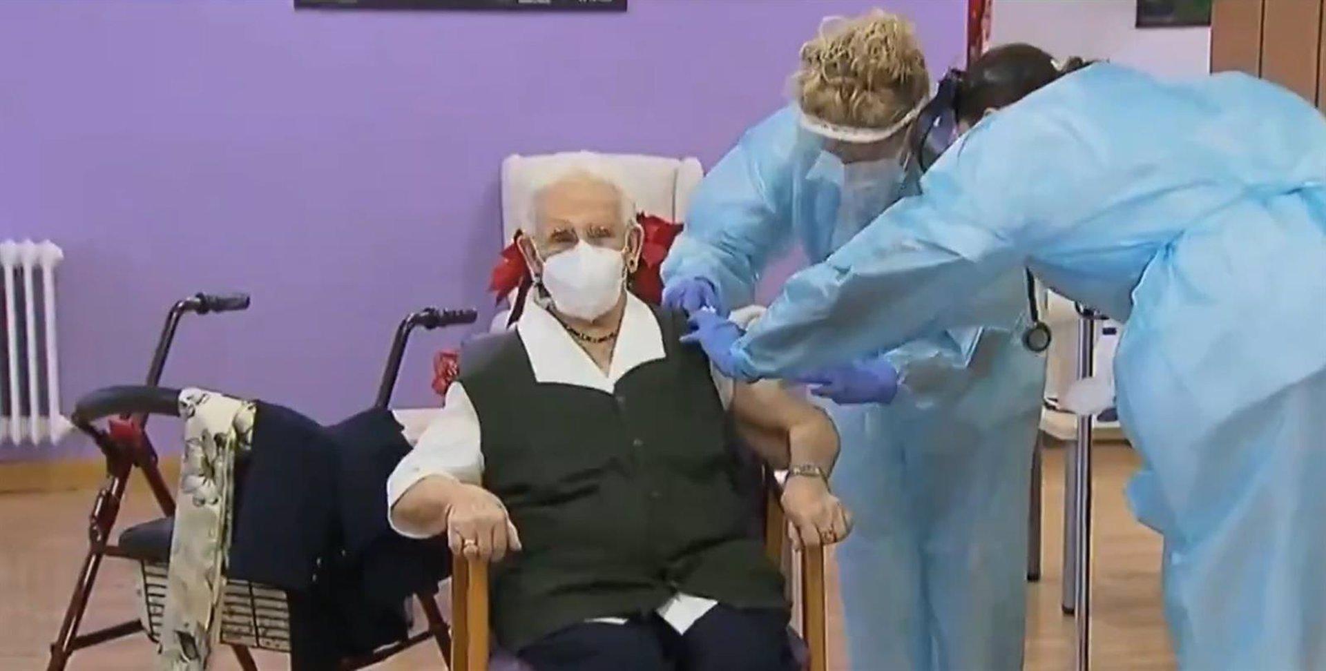 Araceli, de 96 años y oriunda de Guadix, es la primera persona vacunada contra el Covid-19 en España