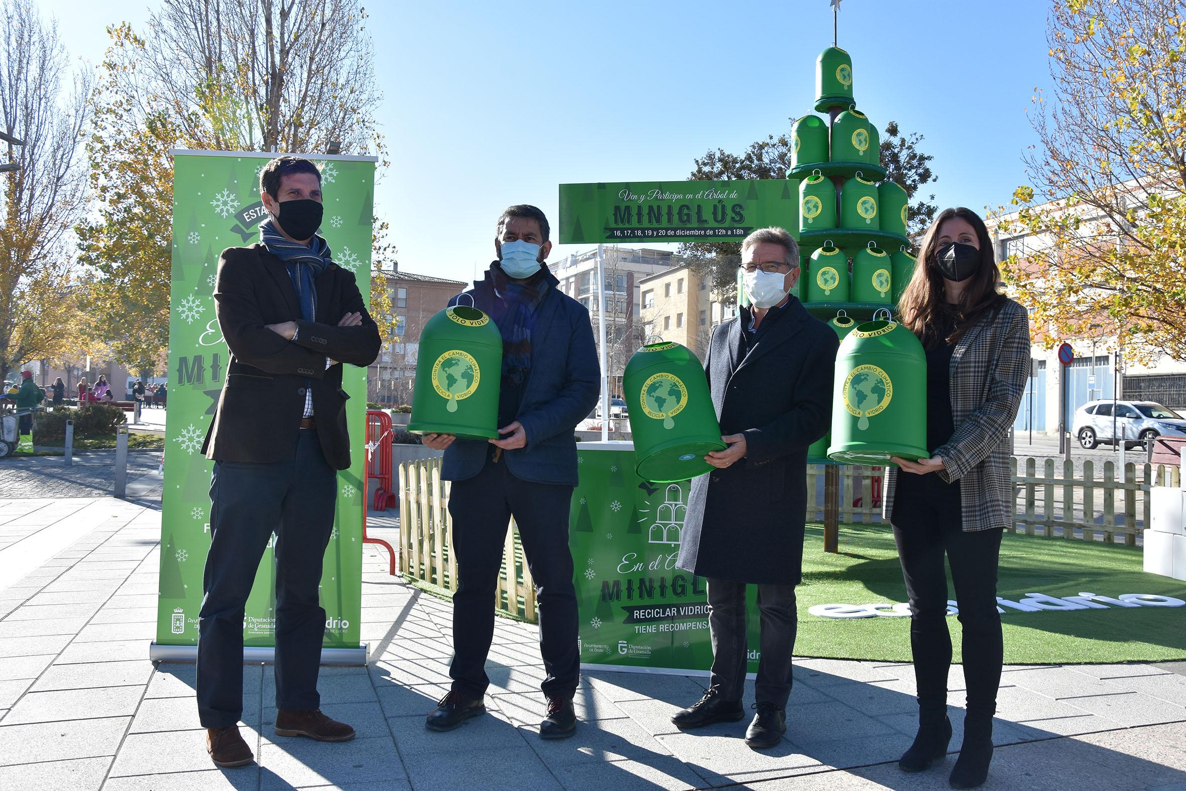 """Baza cuenta con un árbol de navidad formado por """"miniglús"""" para concienciar sobre el reciclaje de vidrio"""