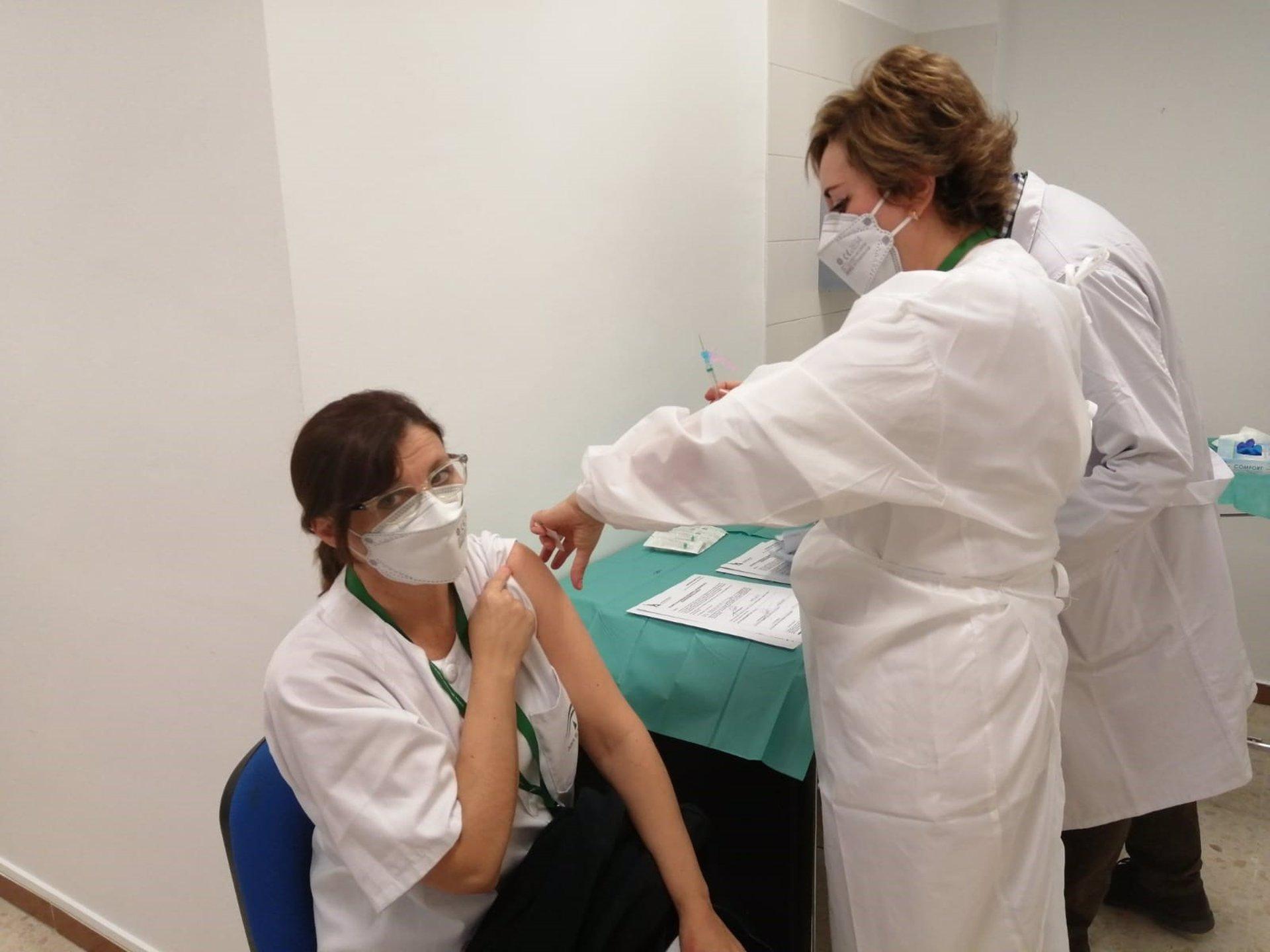 El Hospital Virgen de las Nieves inicia la vacunación contra el Covid a sus profesionales