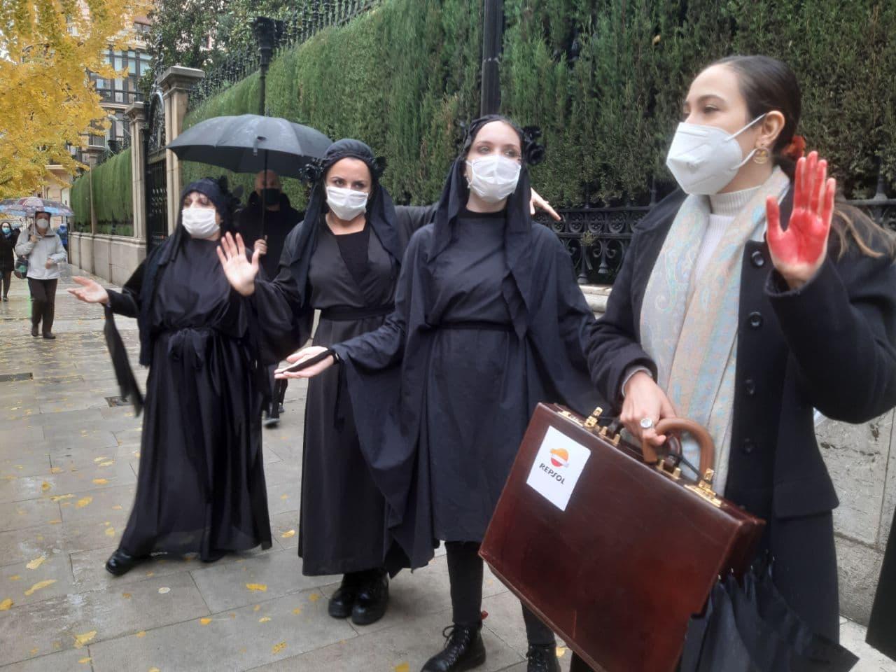 Extinction Rebellion Granada protesta contra el fracking porque el mercado «tiene las manos manchadas de sangre»