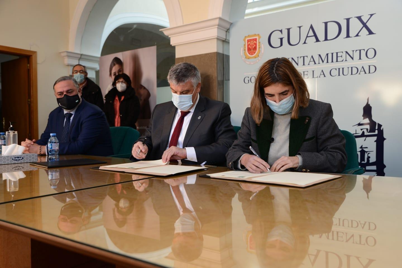 Guadix es el segundo municipio andaluz que aporta fondos propios para ampliar el impacto de la Iniciativa AIRE, según la Junta