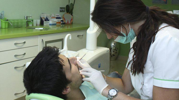 La Diputación y la UGR proporcionan dentista gratuito a personas en situación de necesidad urgente