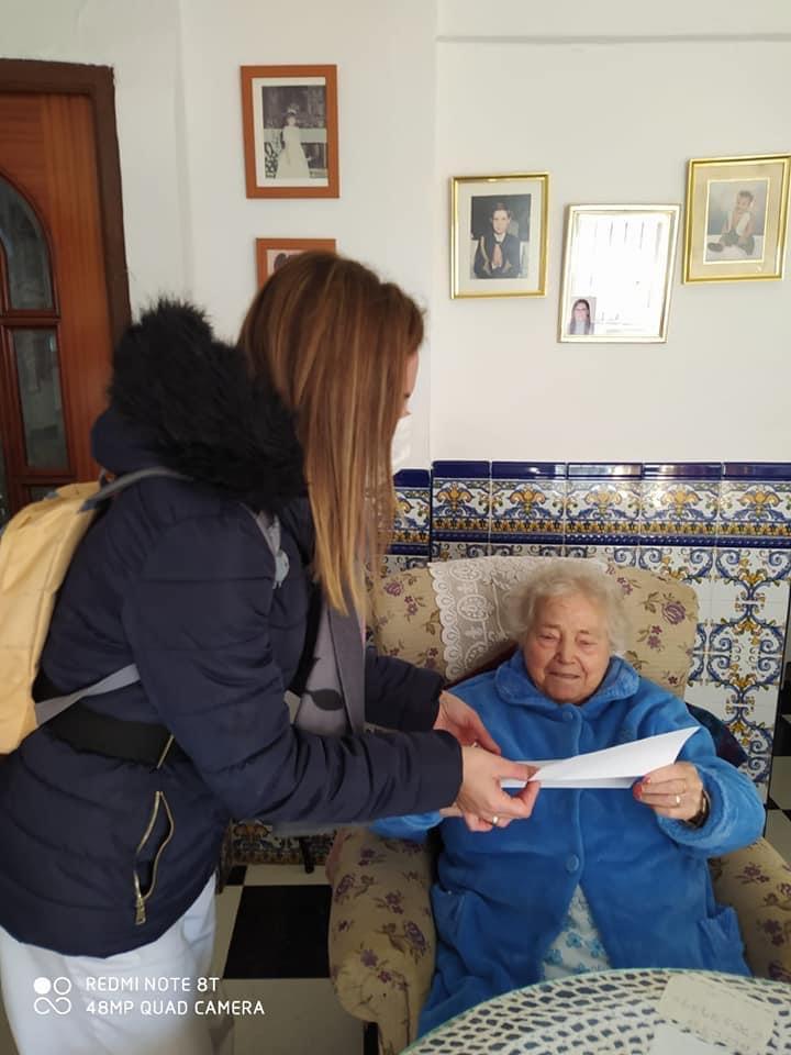Jóvenes de Cúllar Vega y alumnos de la UGR escriben cartas de ánimo a más de 200 mayores