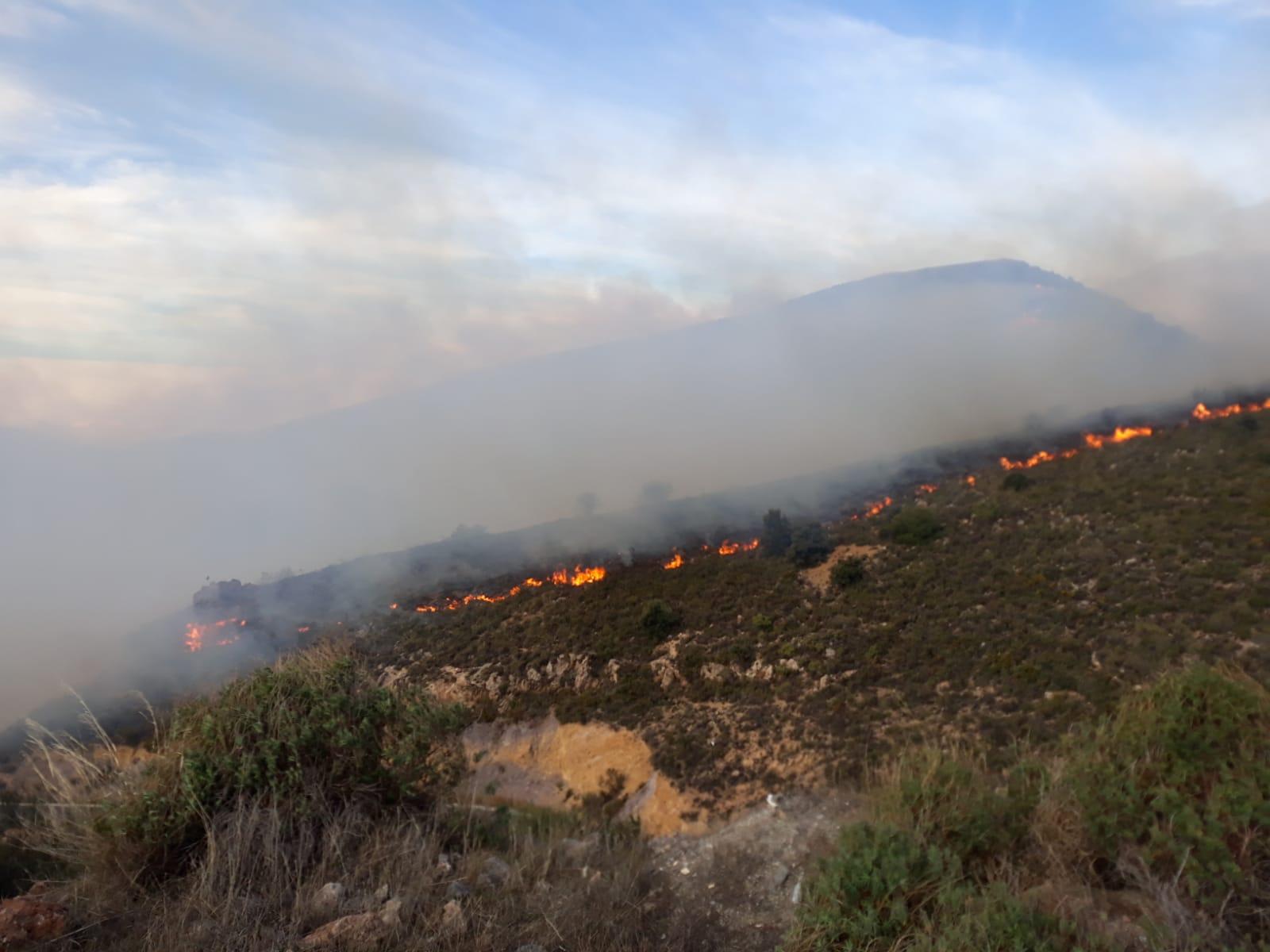 Activado el nivel 1 del Plan de Emergencias por el incendio de Juviles que ya moviliza 70 bomberos