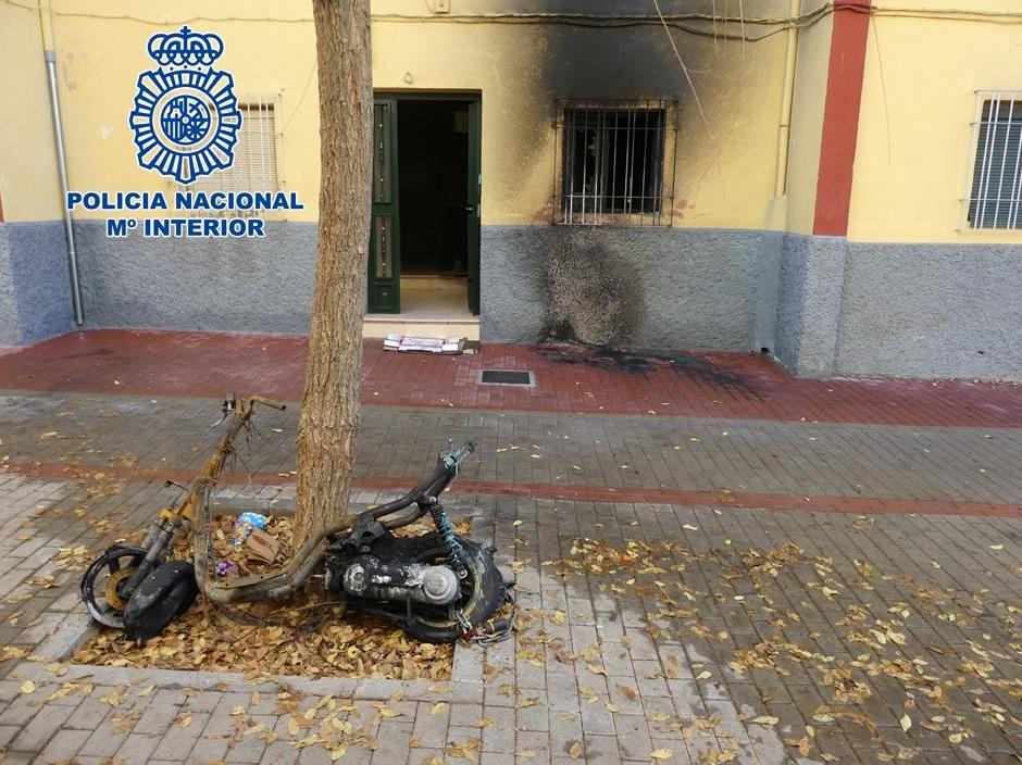 Detenido tras prender fuego a un ciclomotor e incendiar por completo un piso adyacente, dañando además el edificio