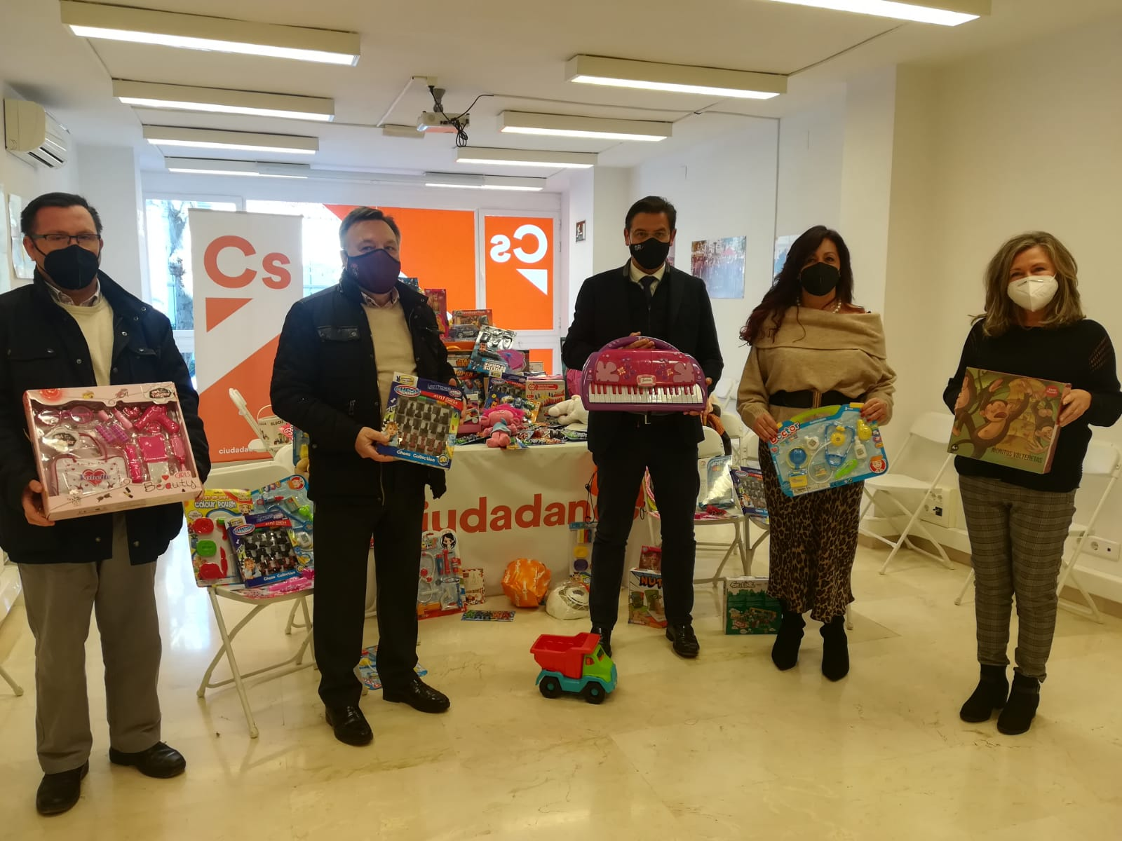 Ciudadanos entrega más de 300 juguetes a Cruz Roja y a la Federación de Cofradías