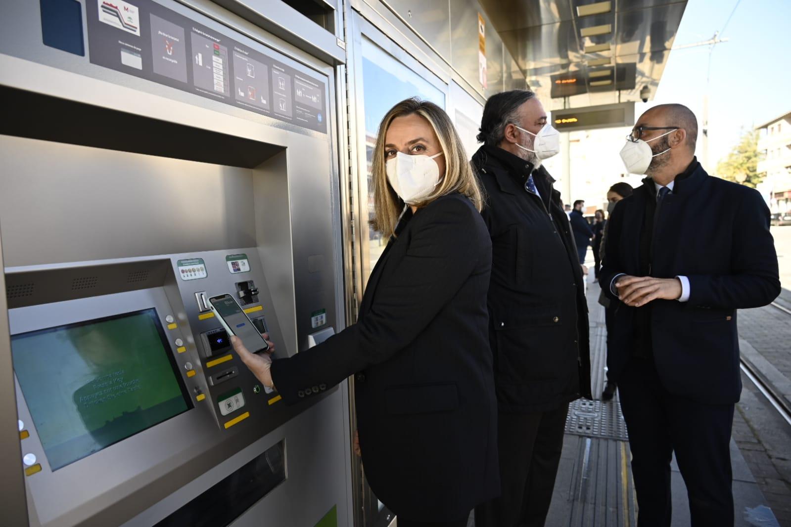 El Metro de Granada admite desde hoy el pago y recarga de billetes mediante tarjeta bancaria