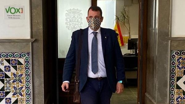 Vox denuncia que la policía local de Granada aún no ha cobrado las horas extras que se les deben