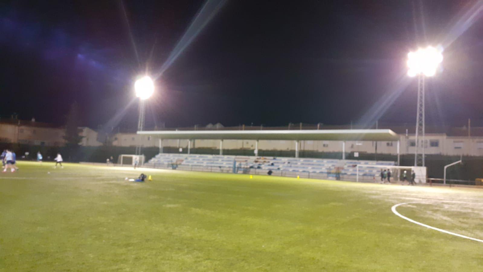 Mejoran la iluminación del campo de fútbol 'El Molino' de Vegas del Genil
