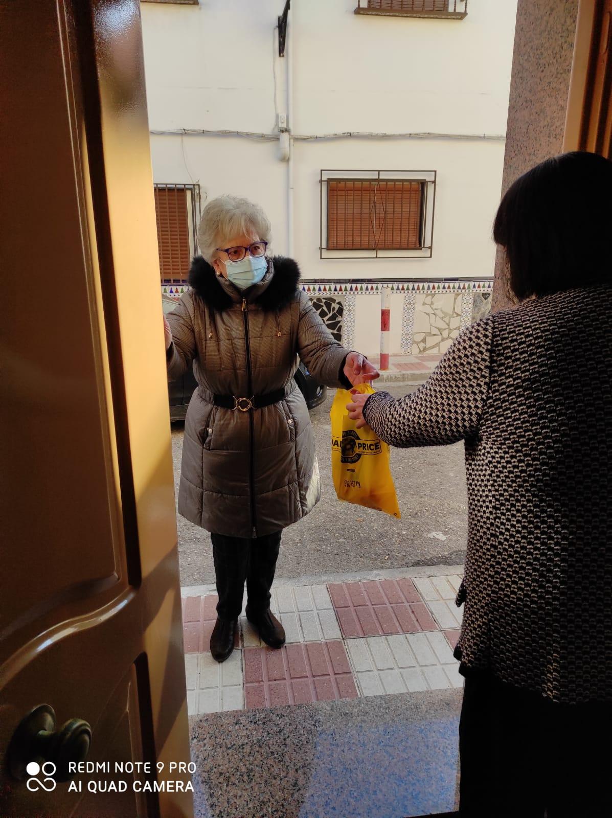 Voluntarios de Huétor Tájar llevan la compra y las medicinas a casa a un centenar de mayores y dependientes