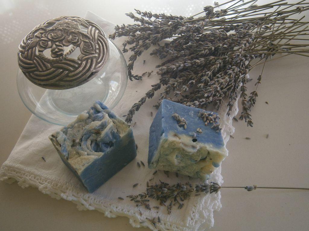Un taller enseña a las vecinas de Vegas a fabricar sus propios jabones y cremas con plantas aromáticas
