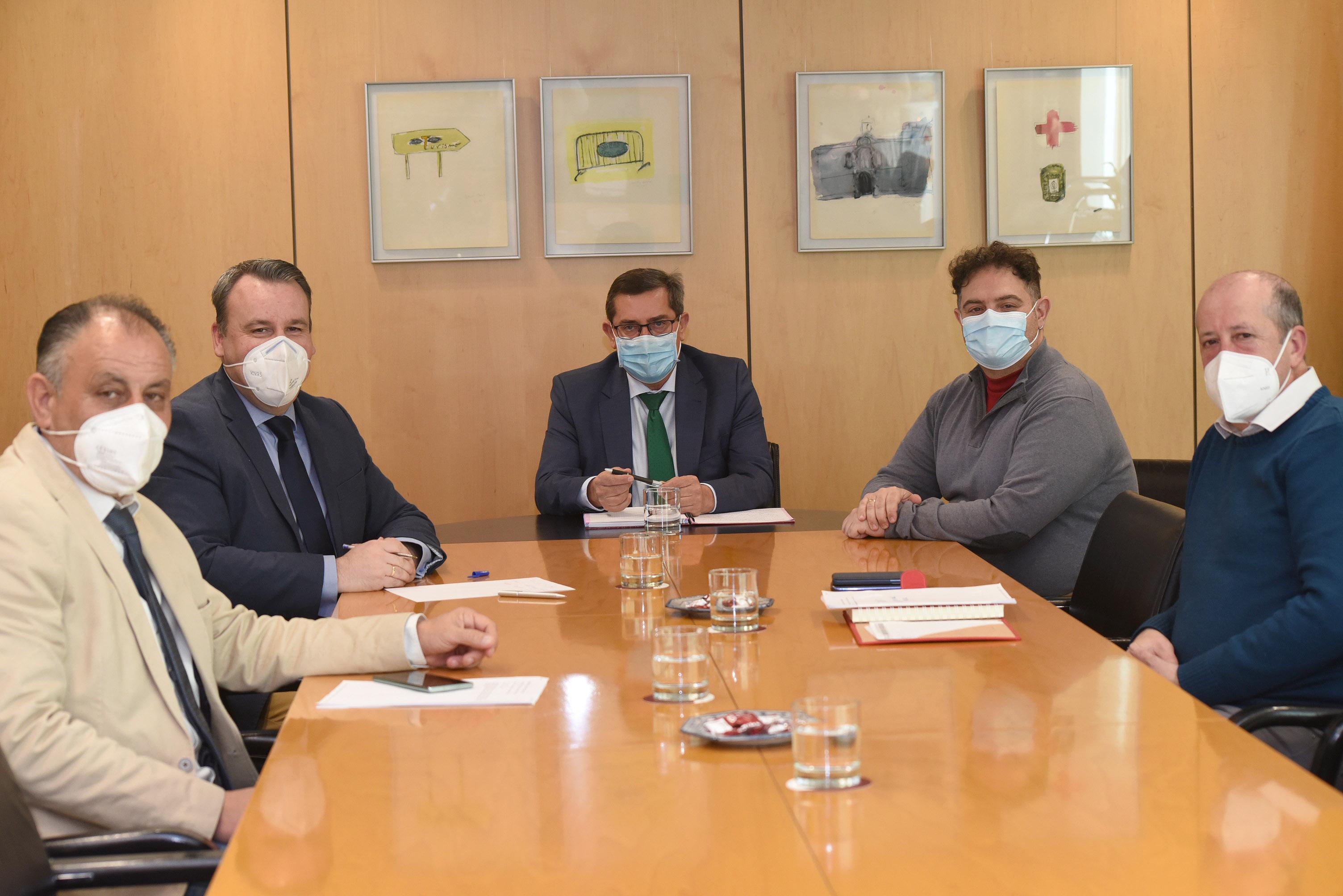 Diputación reúne a los alcaldes de Iznalloz, Deifontes y Cogollos Vega para abordar la puesta en funcionamiento de la Cueva del Agua