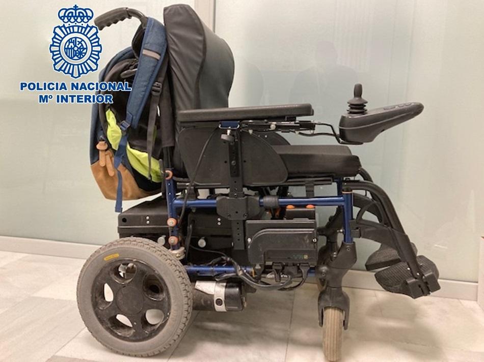 Roban roban una silla de ruedas motorizada del interior de un portal