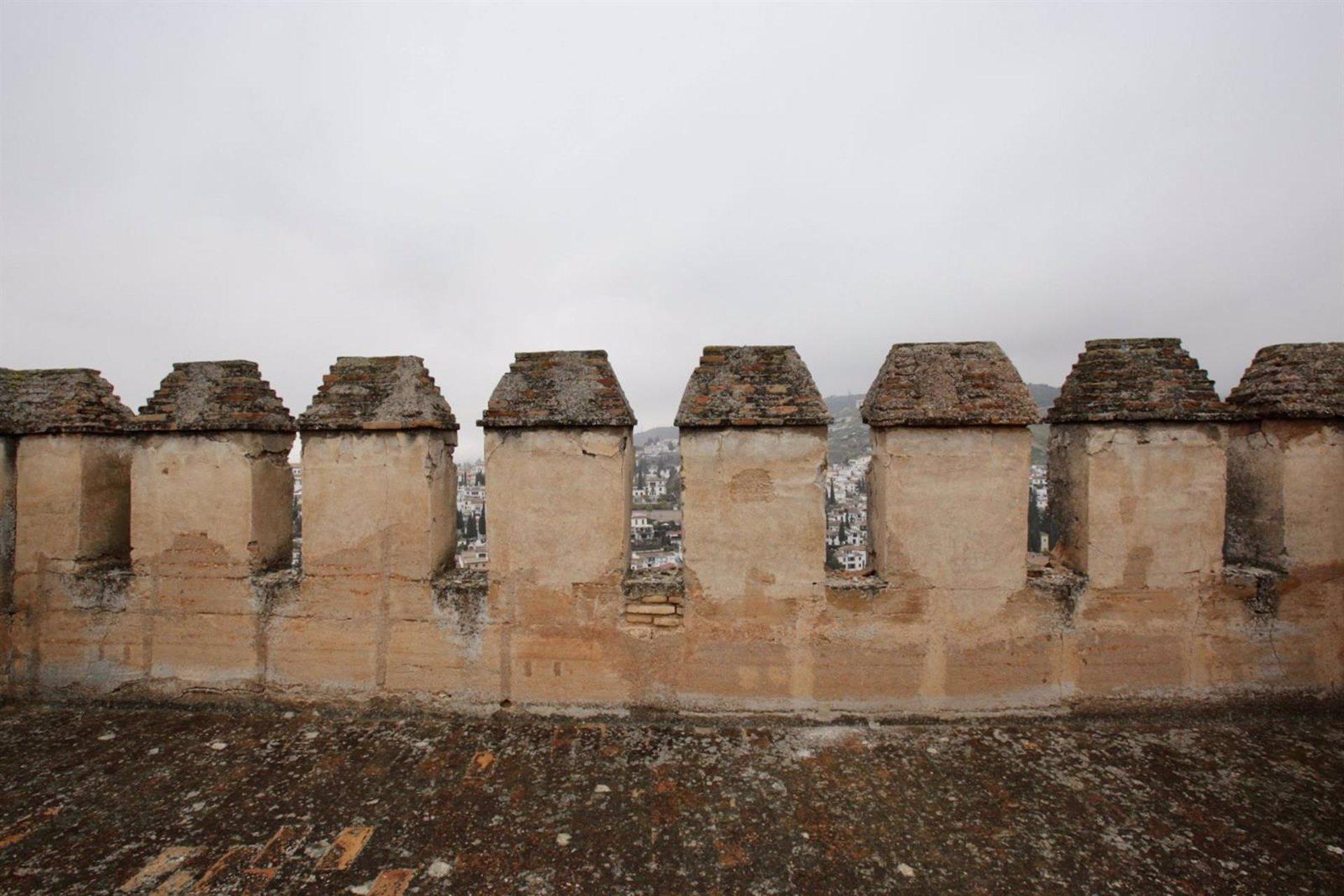 Los seísmos dañan las almenas de la Torre de las Gallinas de la Alhambra
