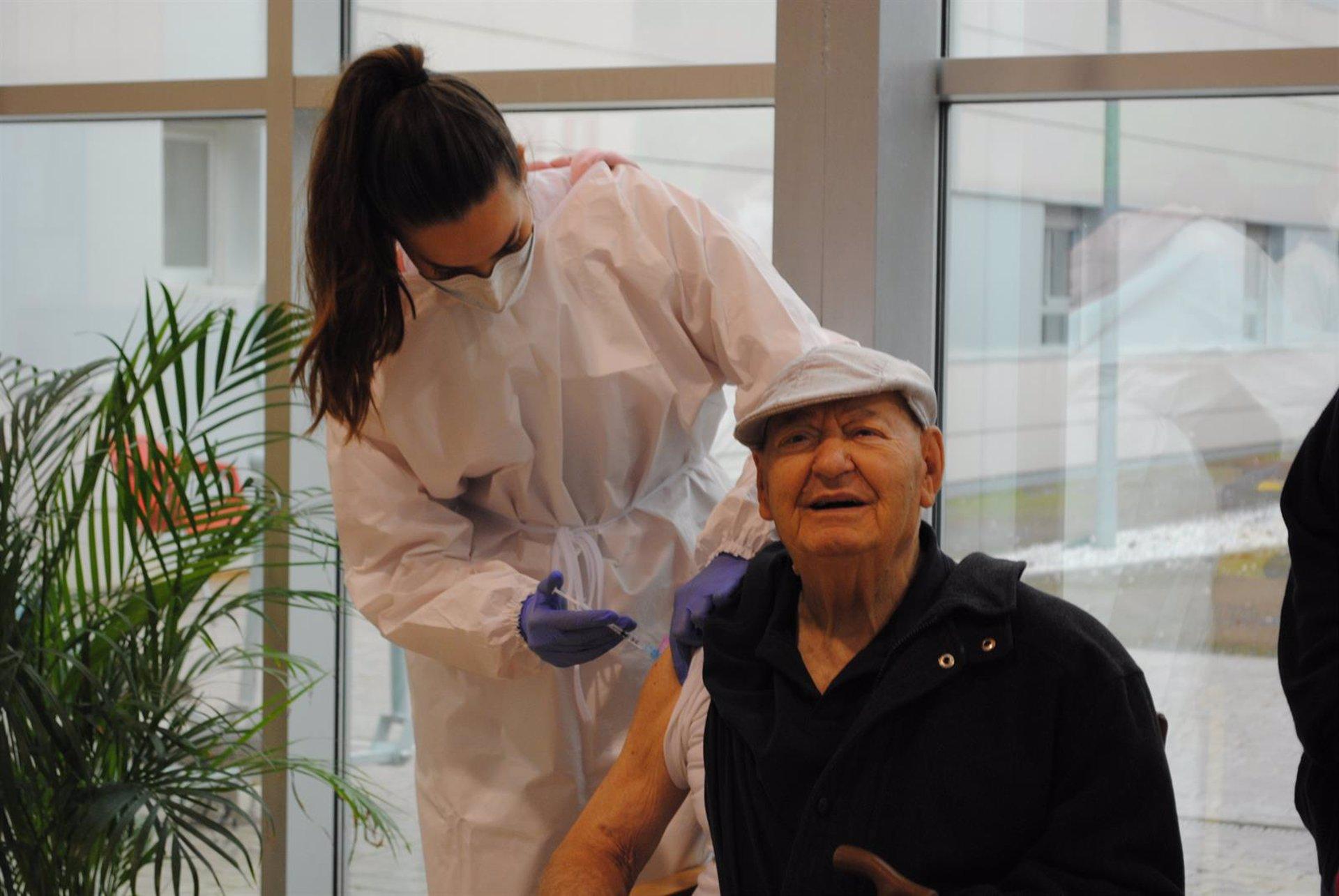 La Junta estudia vacunación masiva de mayores de 80 años en estadios, palacios de congresos o grandes superficies