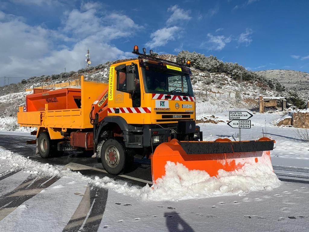 «Filomena» obliga a actuar en 30 municipios para retirar nieve de hasta 20 cm de espesor de la red provincial de carreteras
