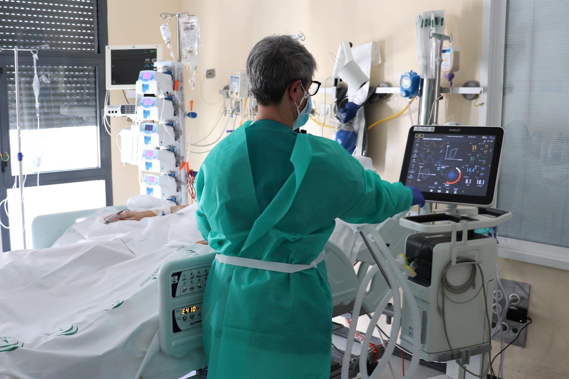 Andalucía pasa de los 4.000 hospitalizados con 228 más en 24 horas, 570 en UCI, 18 más