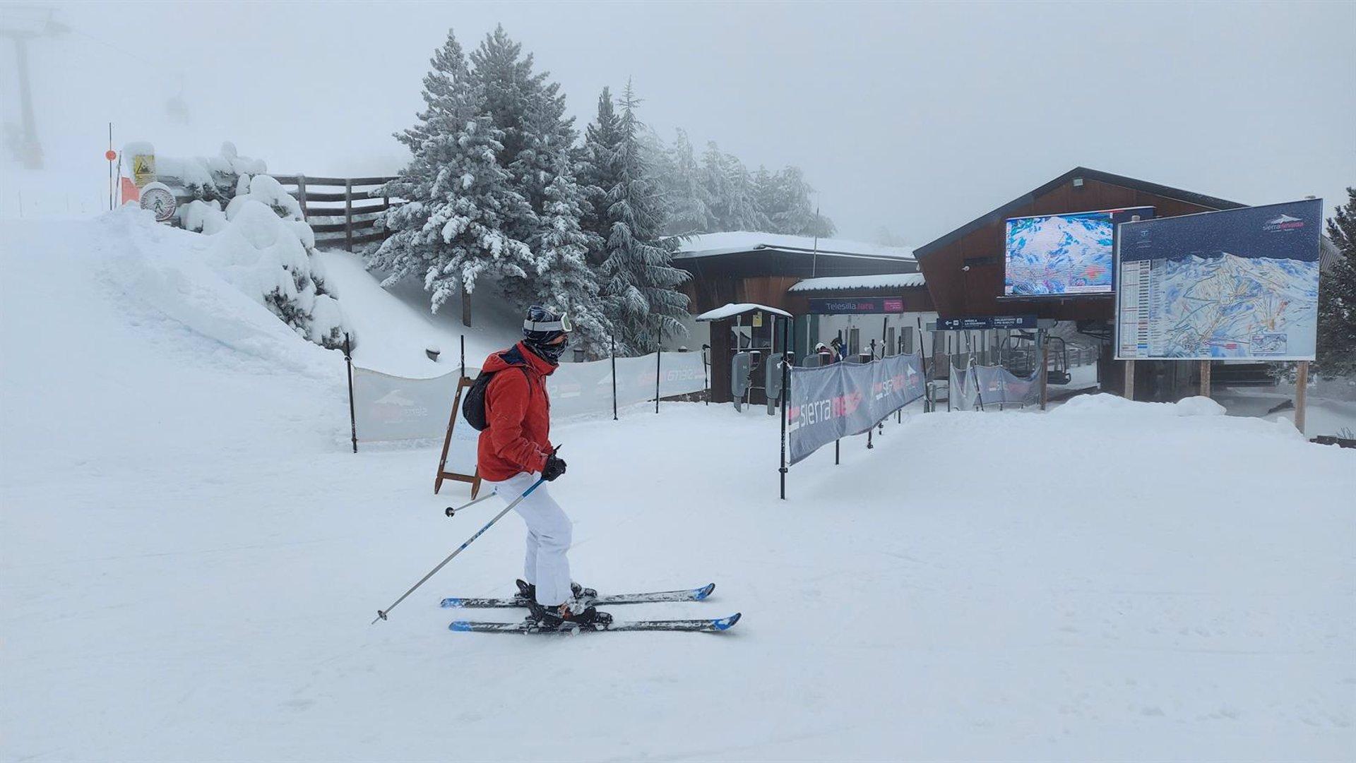 Sierra Nevada estrena el 2021 con cinco centímetros de nieve nueva y 2.000 esquiadores