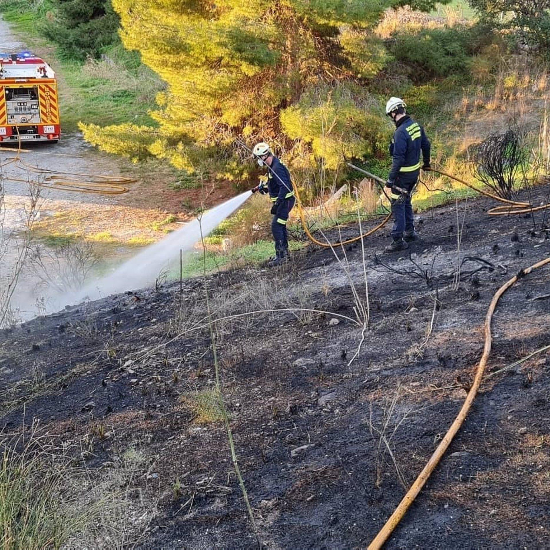 Sofocados dos incendios de monte bajo en Almuñécar cuyo origen se vincula a fuegos artificiales