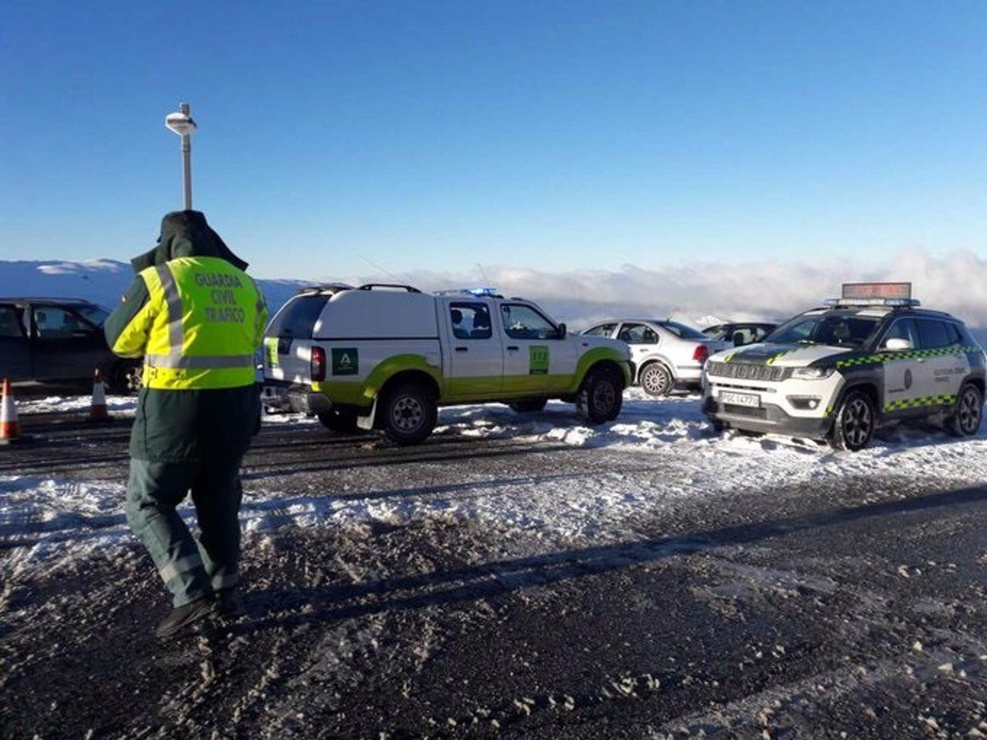 Permanece cortado el acceso a Hoya de la Mora en Sierra Nevada por exceso de vehículos